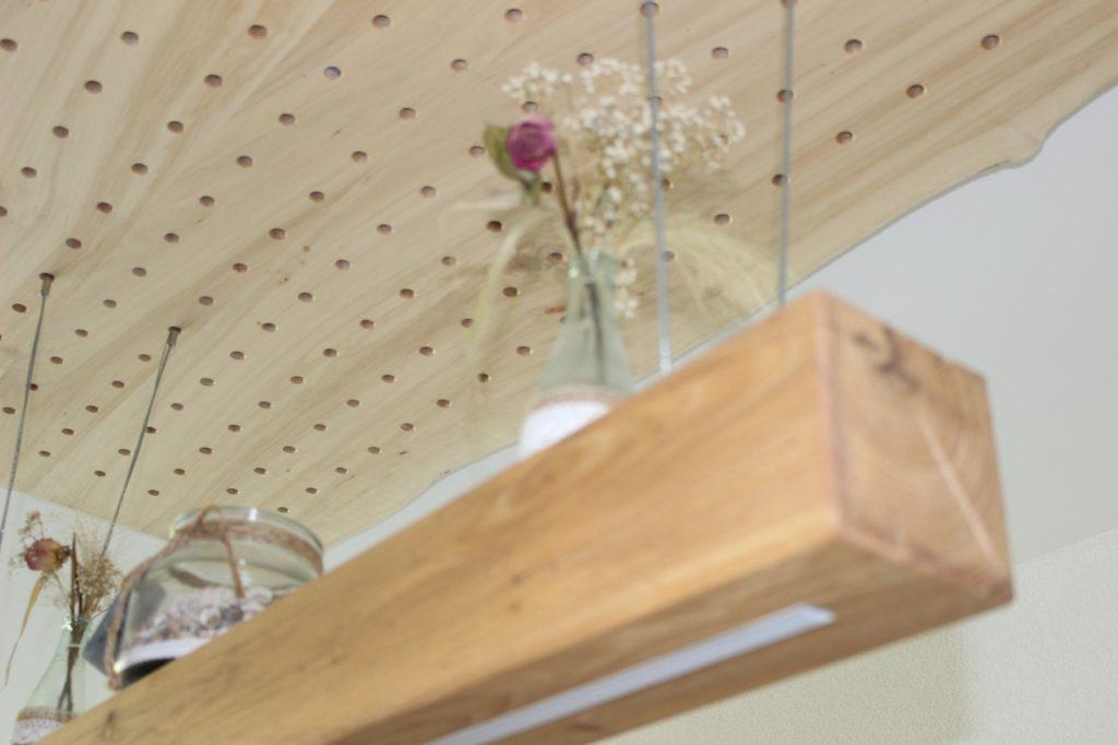 Hängelampe: Eichenbalken mit eingelassenem LED im Innenausbau von Holz-Werke.ch in Kirchberg SG