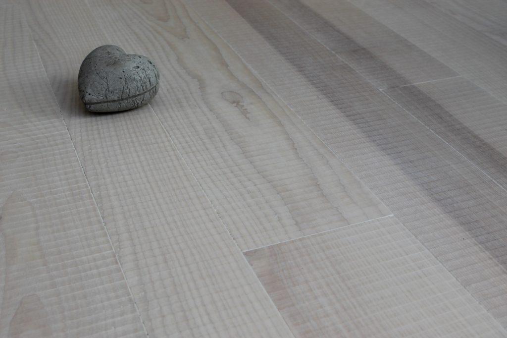 massiver Holz-Boden verlegt mit Herz durch Holz-Werke.ch
