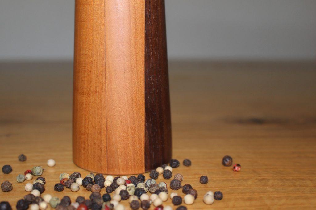 Pfeffermühle aus verschiedenem Holz - verleimt. Hergestellt durch Holz-Werke.ch
