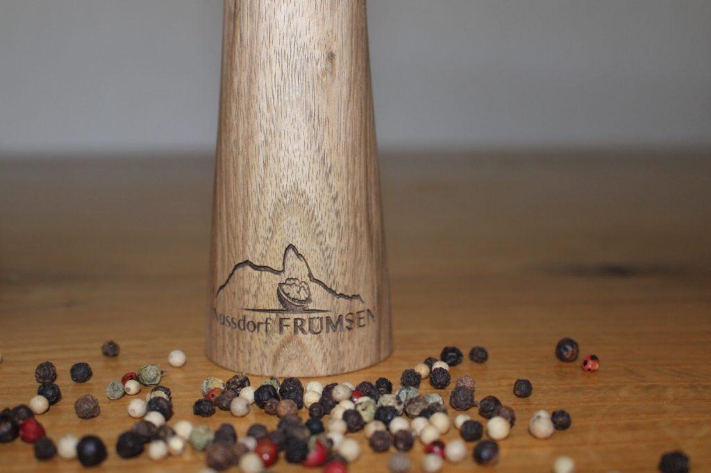 Pfeffermühle mit Gravur hergestellt durch die Firma Holz-Werke.ch Drechslerei-Produkte aus Kirchberg SG.