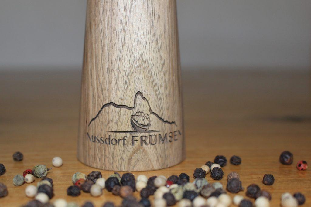 Pfeffermühle mit Gravur gedrechselt durch die Firma Holz-Werke.ch