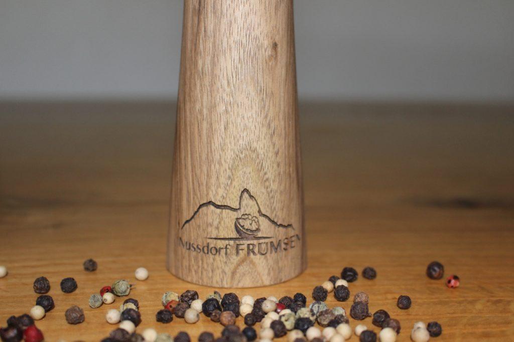 Pfeffermühle mit dem Logo Nussdorf Frümse zu kaufen am Weihnachts-Markt 2019 in Frümsen