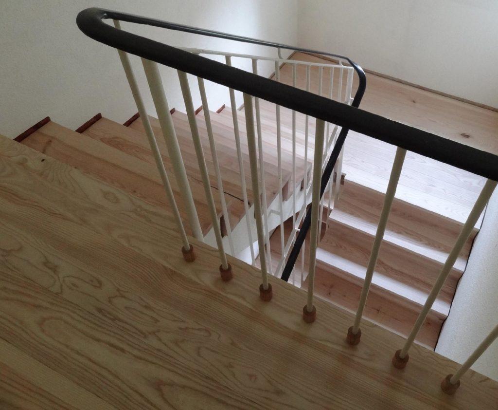 Treppengeländer mit Hülse von der Zimmerei Holz-Werke.ch