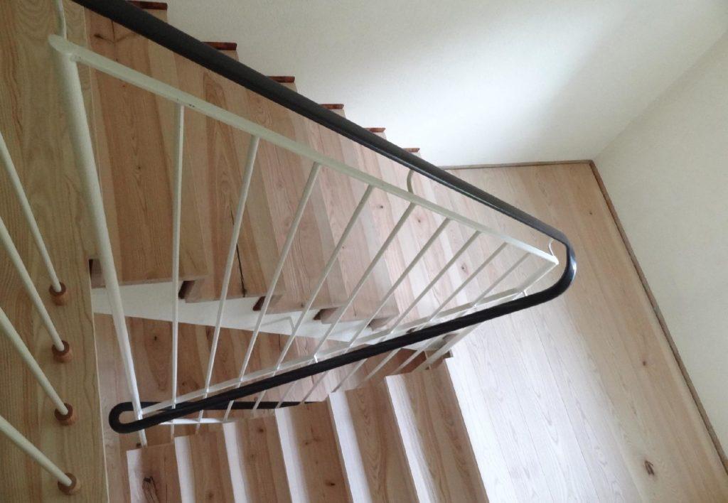 Eschentreppe mit Treppengeländer mittig