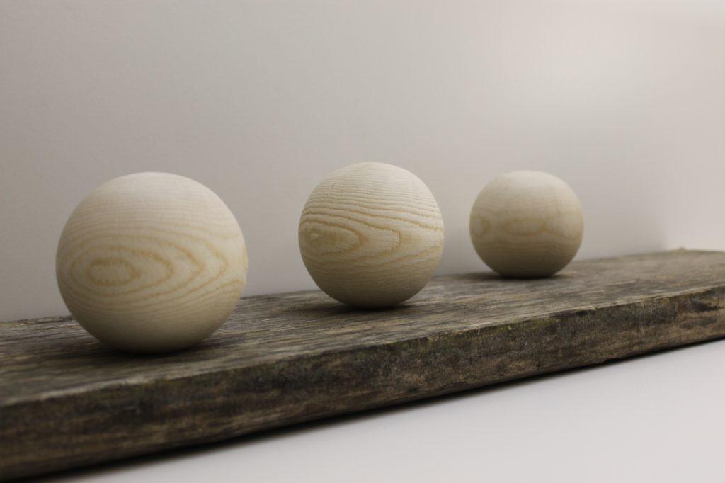 Holzkugeln sind schöne Accessoires, welche die Firma Holz-Werke.ch herstellt.