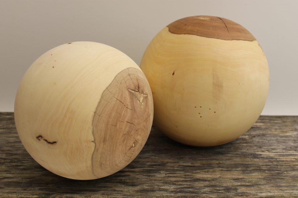 glatte Holzoberfläche - Holzkugel hergestellt durch die Drechslerei Holz-Werke.ch in Kirchberg SG
