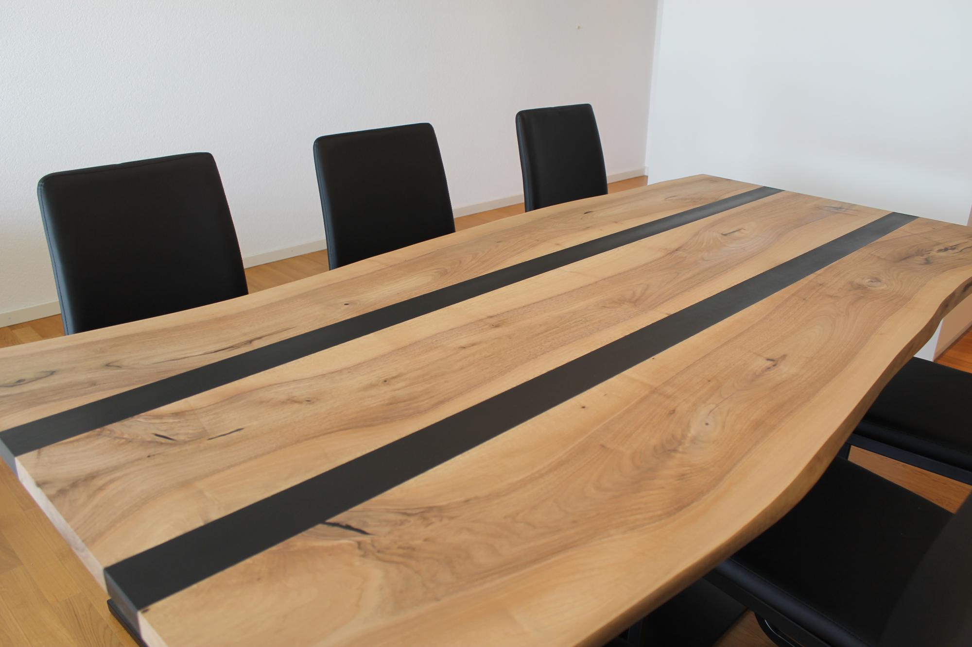 Der massive Nussbaum-Tisch