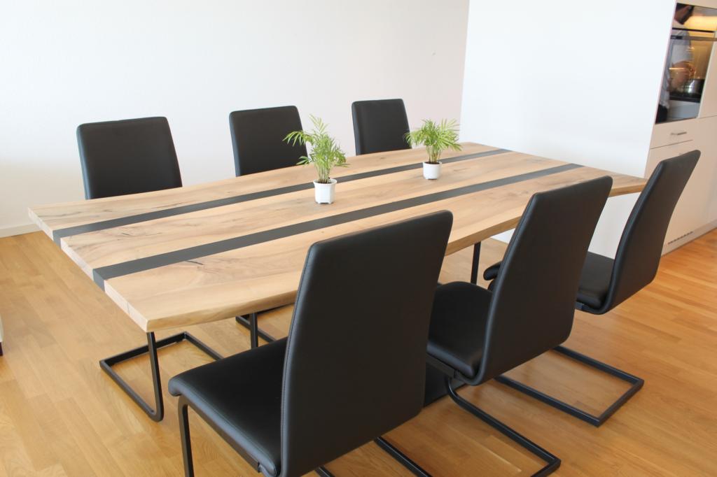 Massiver Nussbaum Tisch mit zwei Epoxidharz Streifen