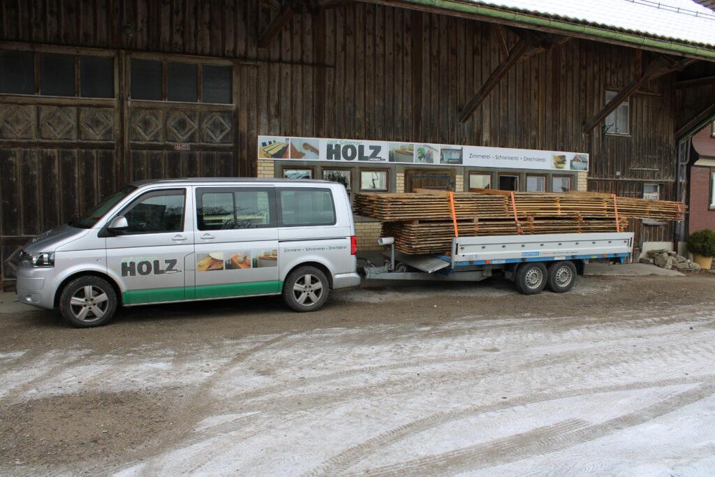 Ein Anhänger gehört zur Zimmmerei Holz-Werke.ch GmbH in Kirchberg SG.