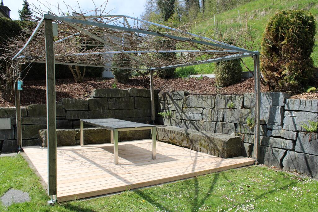 Terrassendielen aus Holz und Pergola