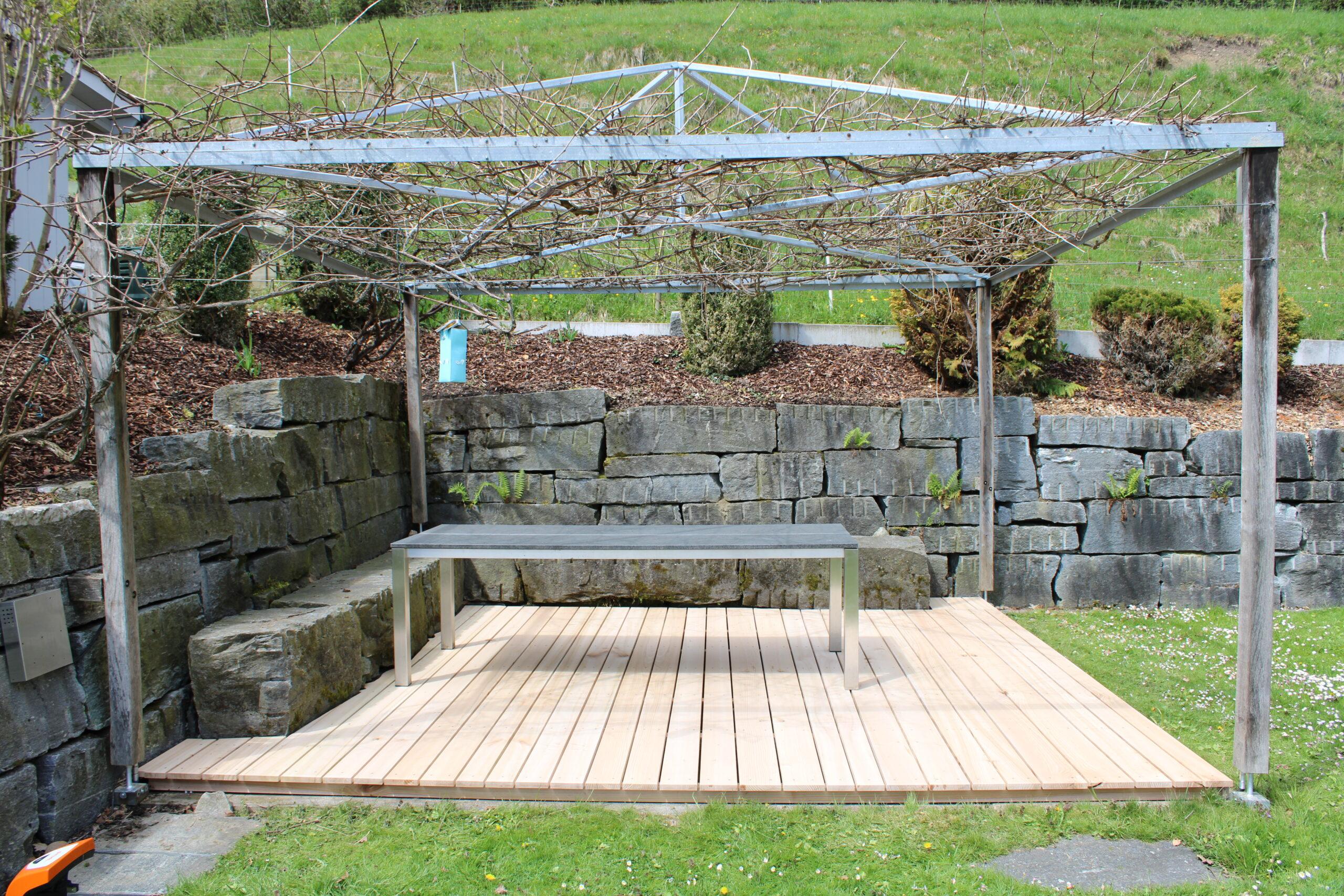 Terrassendielen aus Ulmen Holz und Pergola