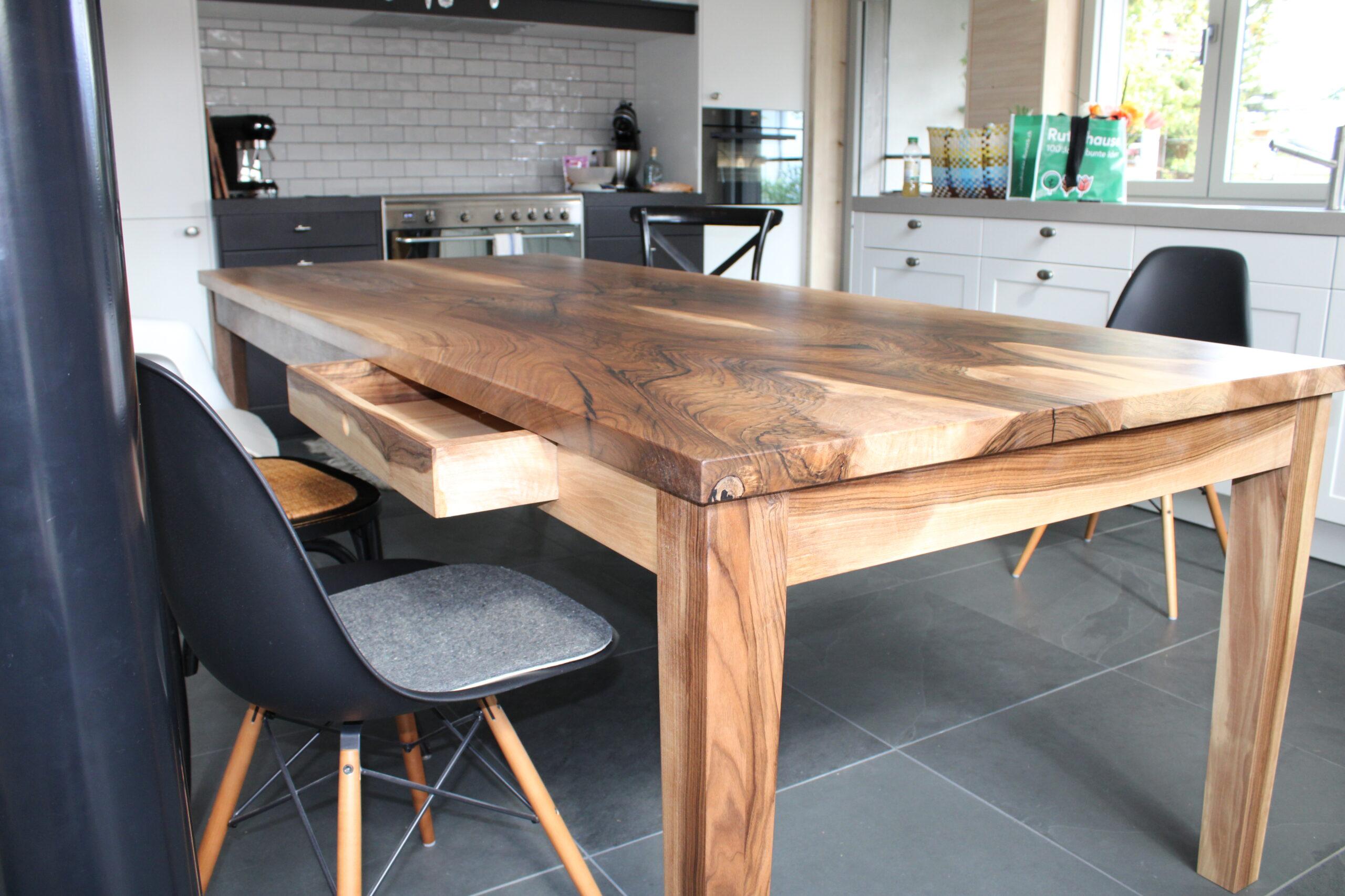 Massiver Nussbaum Tisch von Holz-Werke.ch Schreinerei in Kirchberg SG.