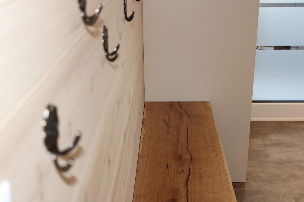 Massive Holzbank mit integrierter Schuhablage. Natürlich Schweizer-Holz vom Schreiner in Kirchberg SG.